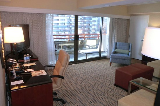Marriott Marquis San Diego Marina: Suite with Balcony and Work Space Area