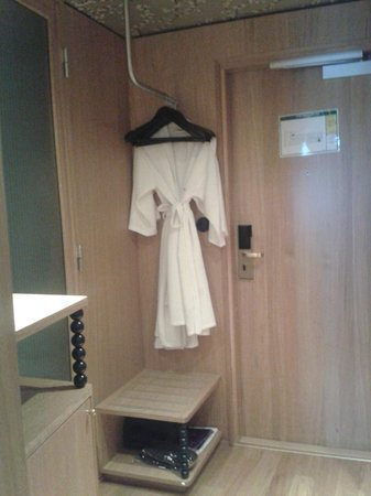 Mornington Hotel Stockholm City: Open Closet