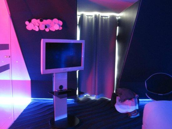 Seven Hôtel Paris : chambre vers TV