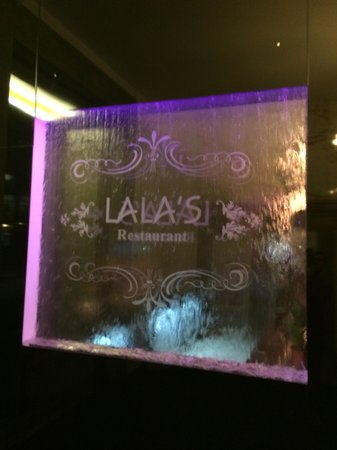 Lala's Restaurant: Water feature at the entrance