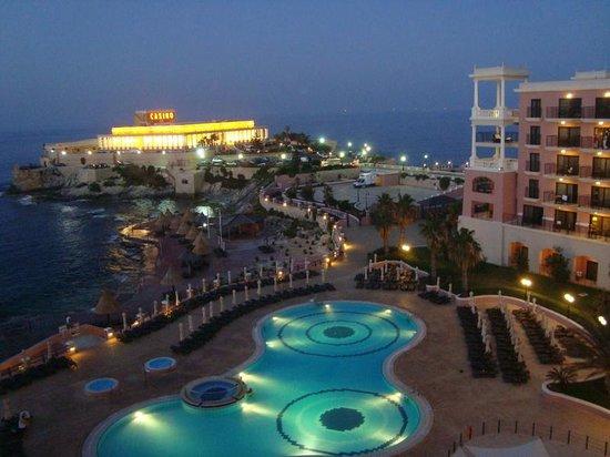 The Westin Dragonara Resort, Malta: Vista do nosso quarto noturna