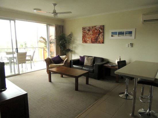 Airlie Central Apartments: Lounge area - One bedroom