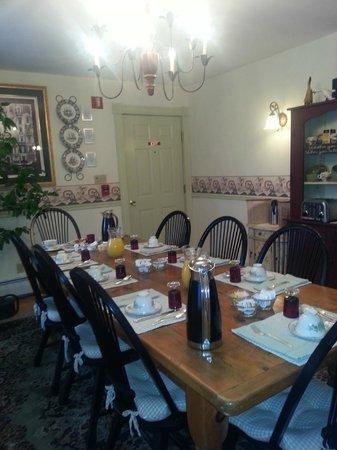 Morning Glory Bed & Breakfast : The breakfast room..very nice!