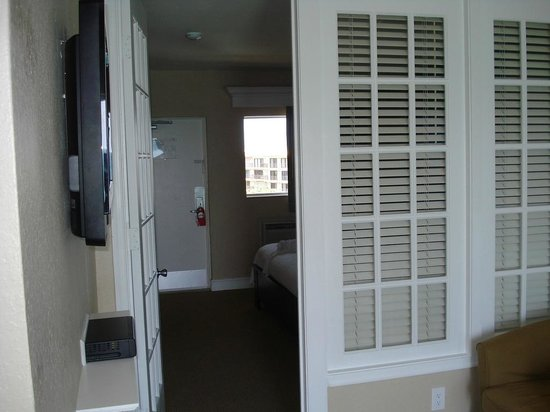 Sun Tower Hotel & Suites on the beach: Privacy Doors to Bedroom