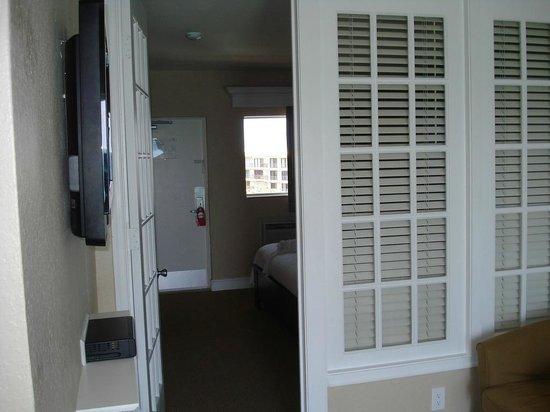 Sun Tower Hotel & Suites: Privacy Doors to Bedroom