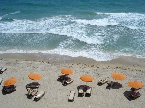 Sun Tower Hotel & Suites on the beach: Chaises Umbrellas