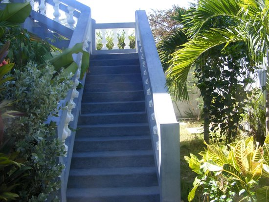 Seastar Inn: Stairs leading to our room
