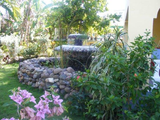 Seastar Inn: Beautiful fountain in the yard outside of our window