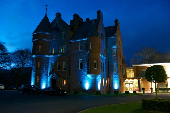 Fonab Castle Hotel: Fonab castle at night