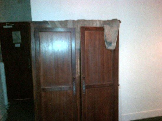 Hotel St. Andre des Arts: Toallas usadas para amortiguar el ruido de las goteras