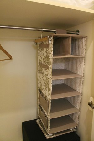 Muyan Suites: Closet even has an organizer