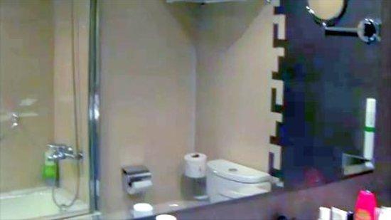 Dominican Fiesta Hotel & Casino: Bathroom view through mirror