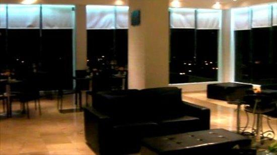 Dominican Fiesta Hotel & Casino: Top floor relaxing sunset lounge