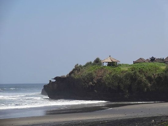 Soori Bali: the beach with the nearby temple and the bat cave beneath it