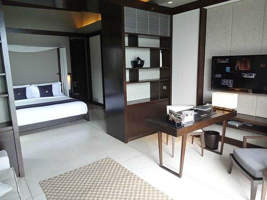 Soori Bali: bedroom with living area in front