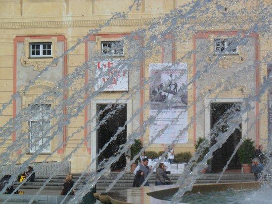 Facciata del Palazzo Ducale con locandina della mostra di Munch