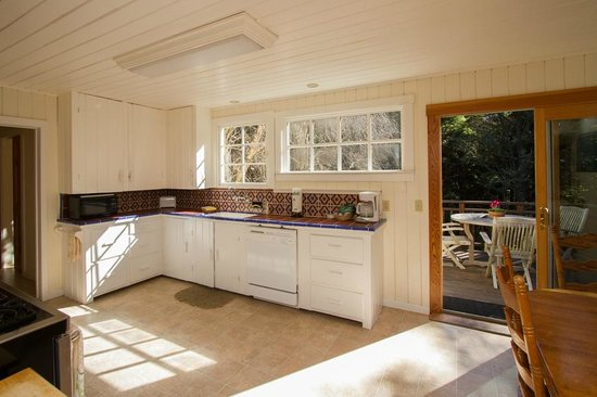 Sweetwater Inn and Spa: Family vacation rental home kitchen