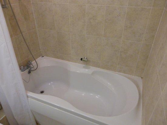Great Expectations Hotel & Bar: Nice deep double bath