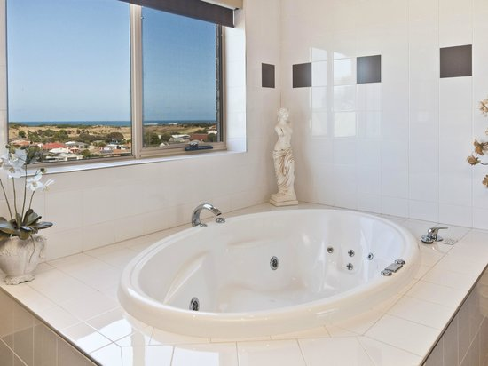 Comfort Inn On Raglan Premium King Spa Suite Bath Ocean View