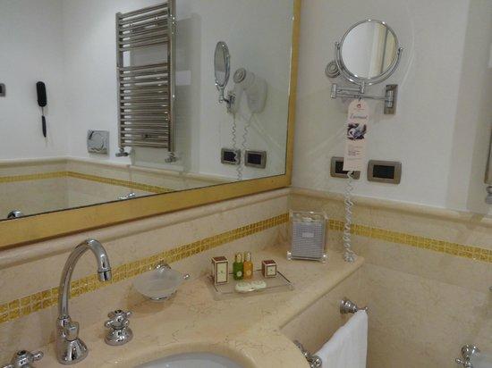 Hotel a La Commedia: Salle de bain spacieuse