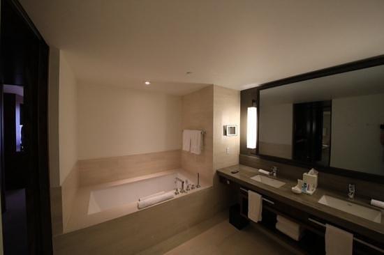Langham Place, New York, Fifth Avenue : Huge bathroom