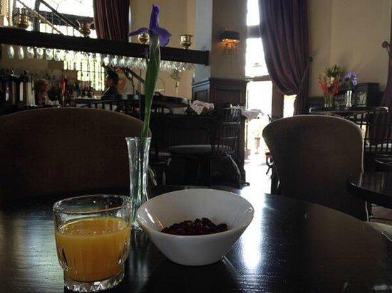 The Culver Hotel: Breakfast in the bar/lobby