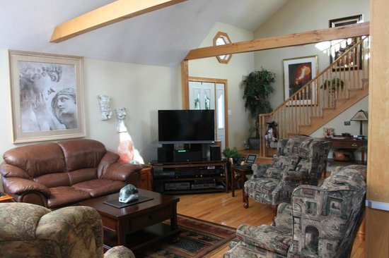 Bear Cove Bed and Breakfast: Family Room