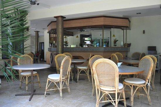 Les Dauphins Heureux Cafe Restaurant: Les Dauphins Heureux Cafe/Restaurant - i tavoli