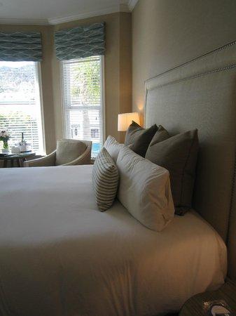 Snug Harbor Inn : Best bed ever!