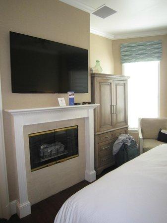 Snug Harbor Inn: In room fireplace and flatscreen