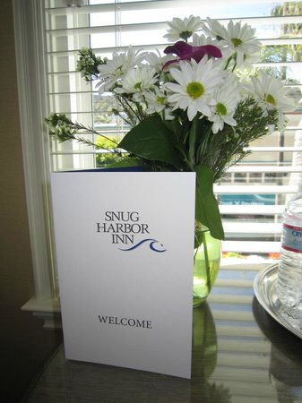 Snug Harbor Inn: Welcome bouquet!