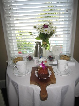 Snug Harbor Inn: Breakfast
