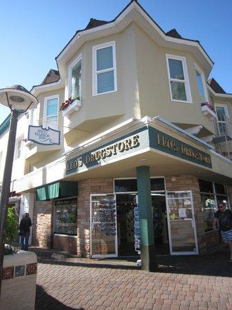 Snug Harbor Inn: View from street
