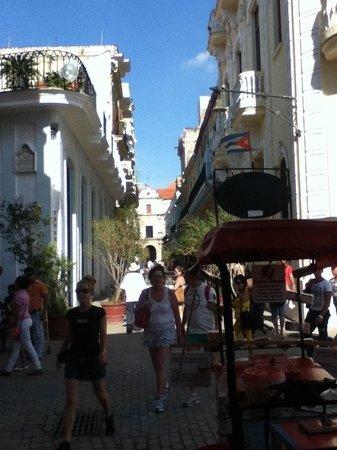 Place Vieille (Plaza Vieja) : Vista desde la Plaza Vieja hacia una de sus calles.