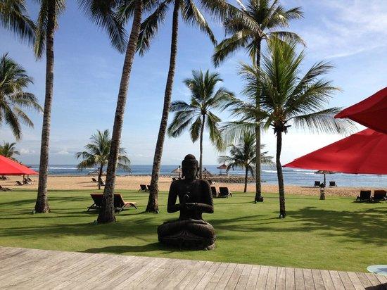 Club Med Bali : Vista de la playa desde el bar principal