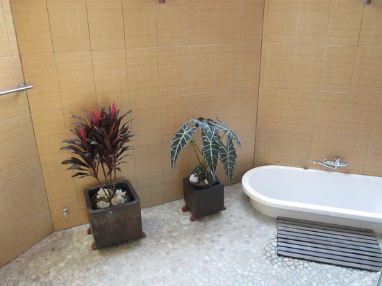 Magic Reef Bungalows: The outdoor bathroom