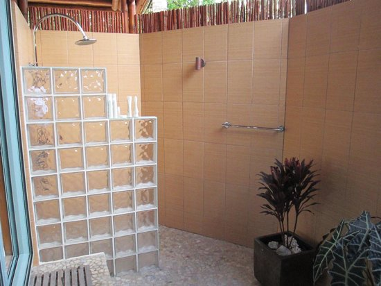 Magic Reef Bungalows : The outdoor bathroom