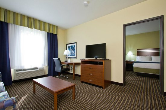 Holiday Inn Express Hotel & Suites Denver East-Peoria Street: Work Station in a Two Room Suite