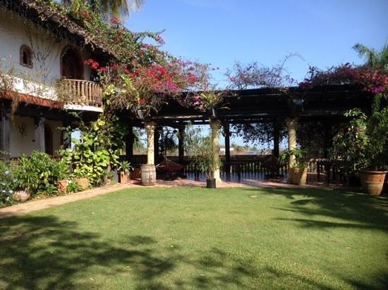 Hacienda Siesta Alegre: Main house and covered area with hammocks