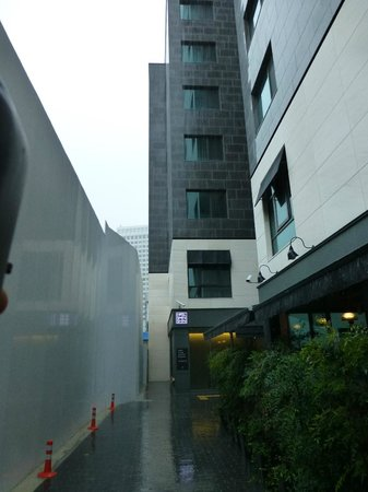 Hotel ShinShin Myeongdong : Alley and entrance to hotel. Reception is staight ahead and down and rooms in building in foregr
