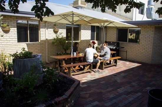 The Shiralee Backpackers Hostel: BBQ/Outdoor Area