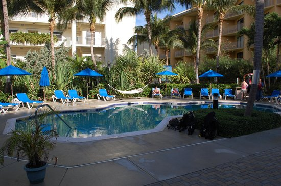 Comfort Suites Seven Mile Beach : hotel grounds with pool