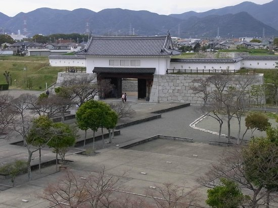 Remains of Ako Castle: 6. 天守台から本丸跡の本丸櫓門方面を望む