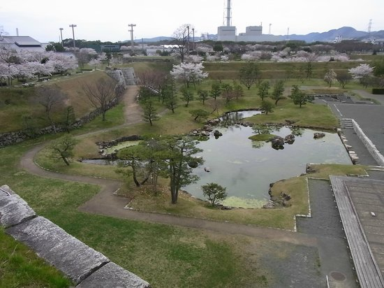 Remains of Ako Castle: 7. 天守台から本丸庭園方面を望む