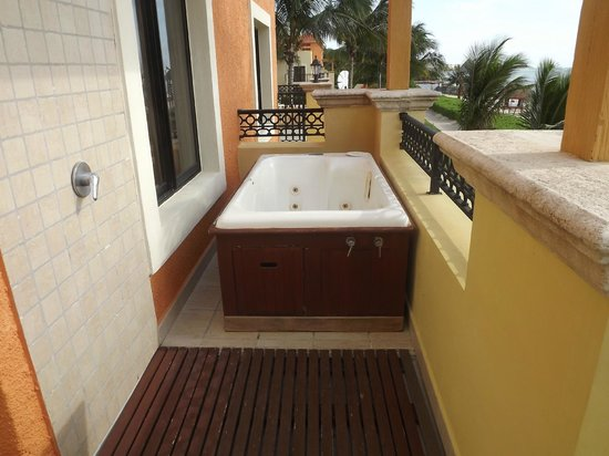 Ocean Coral & Turquesa: Outdoor shower & jacuzzi tub on our balcony