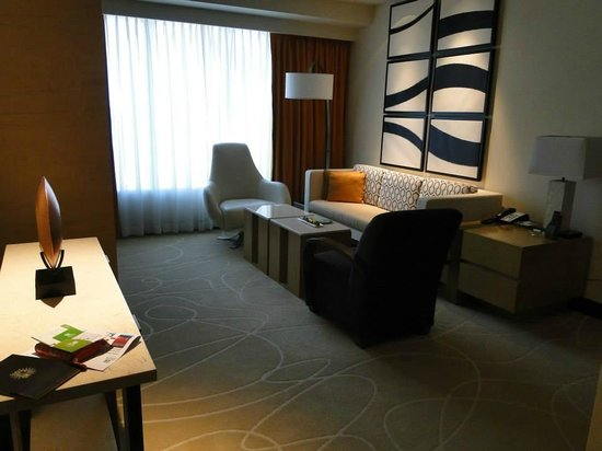 Holiday Inn Macao Cotai Central: The living area of the suite