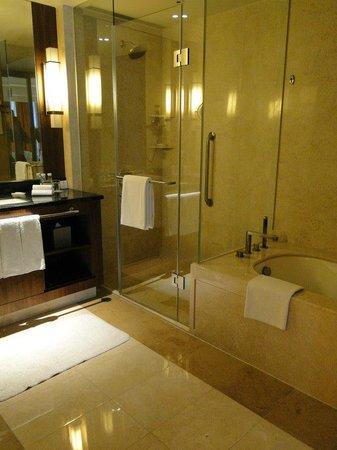 Holiday Inn Macao Cotai Central: Spacious bathroom