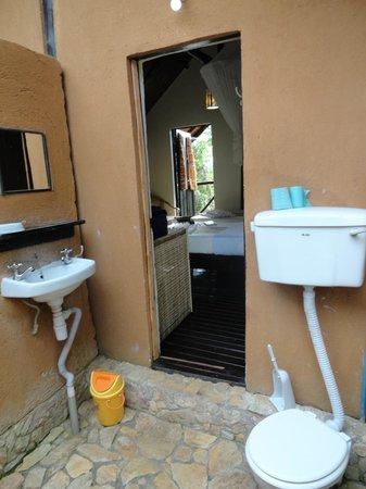 Chimps' Nest: Outdoor bathroom