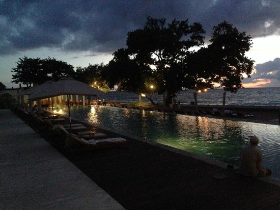 Living Asia Resort and Spa Lombok : pool at night