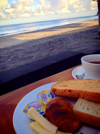 Living Asia Resort and Spa Lombok : breakfast by the beach